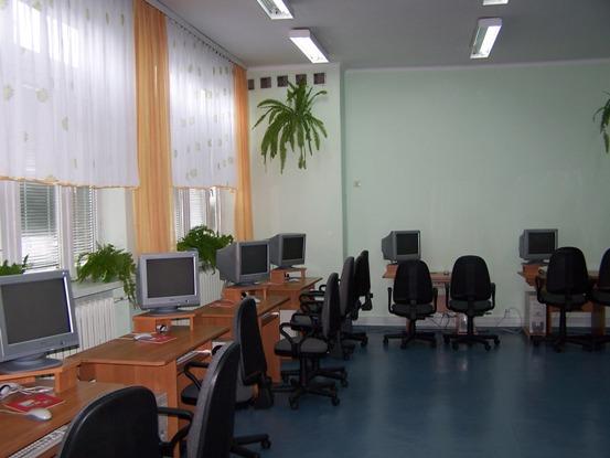 Widać ustawienie sześciu komputerów uczniowskich